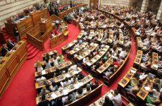 Πανδαιμόνιο στη Βουλή: Αποπομπή Κασιδιάρη ύστερα από επίθεση σε Δένδια
