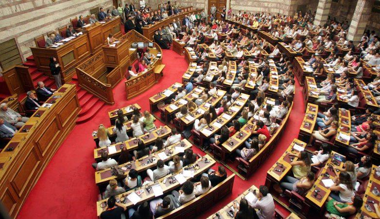Πολυνομοσχέδιο: Απολογούμενη για πλειστηριασμούς, απεργίες η κυβέρνηση