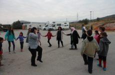«Τα παιδιά – ελληνόπουλα και προσφυγόπουλα –  πιάσαν γερά τα χέρια και στήσανε χορό»
