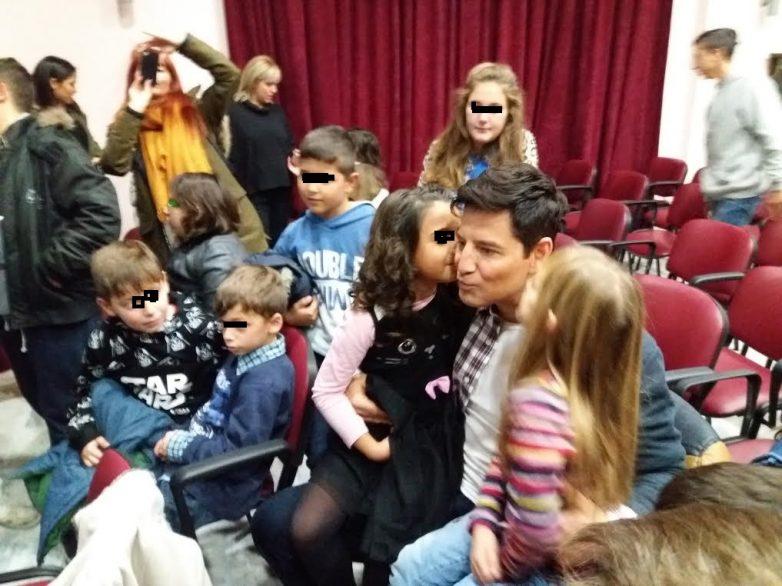 Ο  Σάκης Ρουβάς στα παιδιά του Ορφανοτροφείου Βόλου