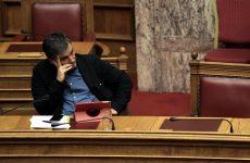 Παραμένει το «χάσμα» Αθήνας – θεσμών