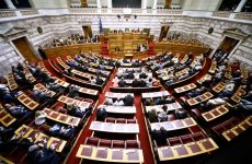 Περιβάλλον νομοθετικού χάους στη Βουλή με δύο «κατεπείγοντα» νομοσχέδια