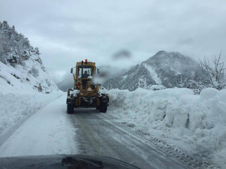 Νέες χιονοπτώσεις πλήττουν από χθες το βράδυ τη Θεσσαλία από τα 300μ υψόμετρο και πάνω