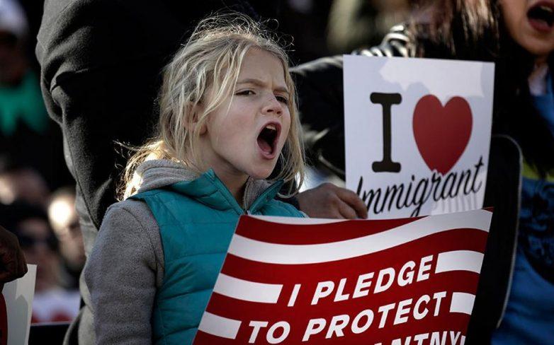 Τραμπ: «Το διάταγμα δεν στοχοποιεί τους μουσουλμάνους» – Μαζικές διαδηλώσεις σε δεκάδες πόλεις
