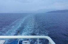 Πλοίο παρασύρθηκε από τους θυελλώδεις ανέμους – Πλέει ακυβέρνητο στον Πειραιά
