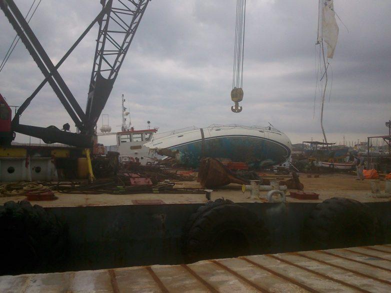 Ανελκύθηκε με γερανό  το σκάφος στα Πευκάκια