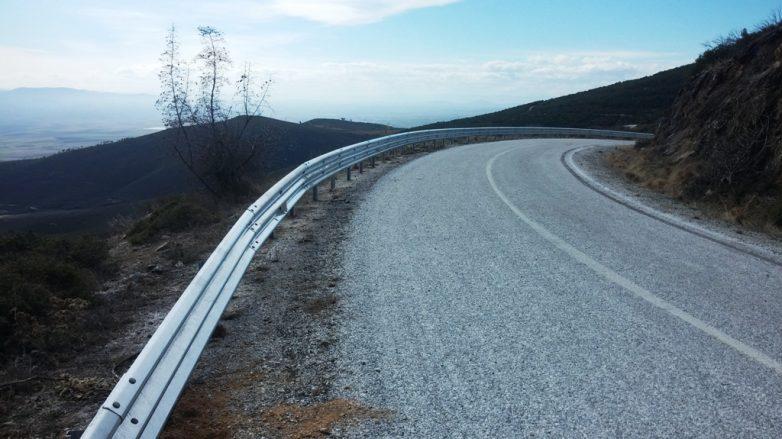 Προχωρά η τοποθέτηση στηθαίων στο οδικό δίκτυο της Περιφερειακής Ενότητας Λάρισας