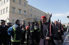 Τροπολογία στη Βουλή: Η κυβέρνηση «σβήνει» με μονιμοποιήσεις τη φωτιά που άναψαν οι πυροσβέστες