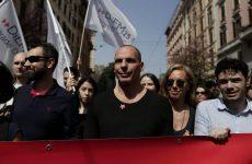 Ο Γιάνης Βαρουφάκης διαδηλώνει στη Ρώμη