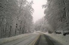 Χιονίζει από τα ξημερώματα στη Μαγνησία και στη Θεσσαλία