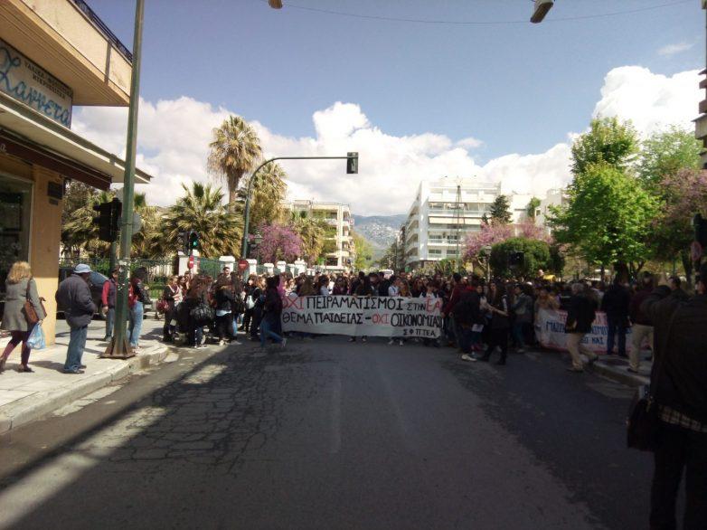 Καθιστική διαμαρτυρία και συνθήματα κατά της κυβέρνησης του ΣΥΡΙΖΑ