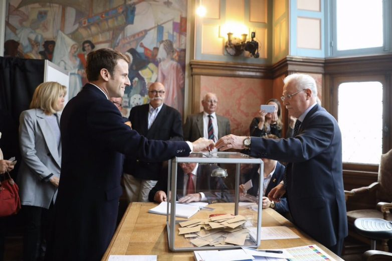 Γαλλικές εκλογές: Συσπείρωση υπέρ Μακρόν – Στο β' γύρο περνά η Λεπέν