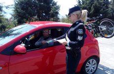Ενημερωτικά φυλλάδια διένειμαν αστυνομικοί του Τμήματος Τροχαίας Αυτοκινητοδρόμων Μαγνησίας σε οδηγούς και συνεπιβάτες οχημάτων