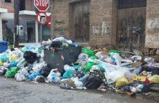 Λάρισα: Ψεκασμοί των σκουπιδιών για την αποφυγή μολύνσεων