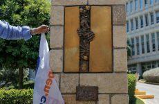 Ένταση και φαιδρότητα στην αποκάλυψη του «μνημείου των νεκρών» της ΕΡΤ