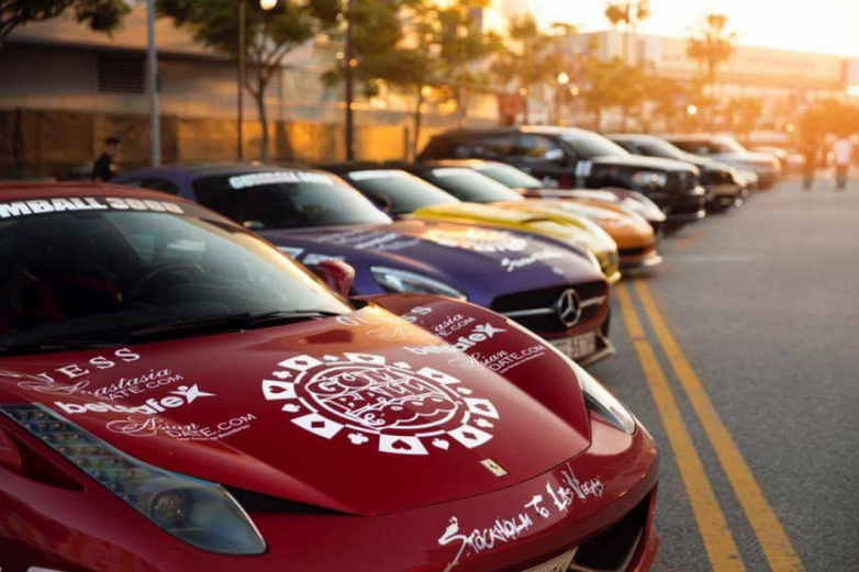Πολυτελή αγωνιστικά αυτοκίνητα και αντίκες  στην παραλία του Βόλου