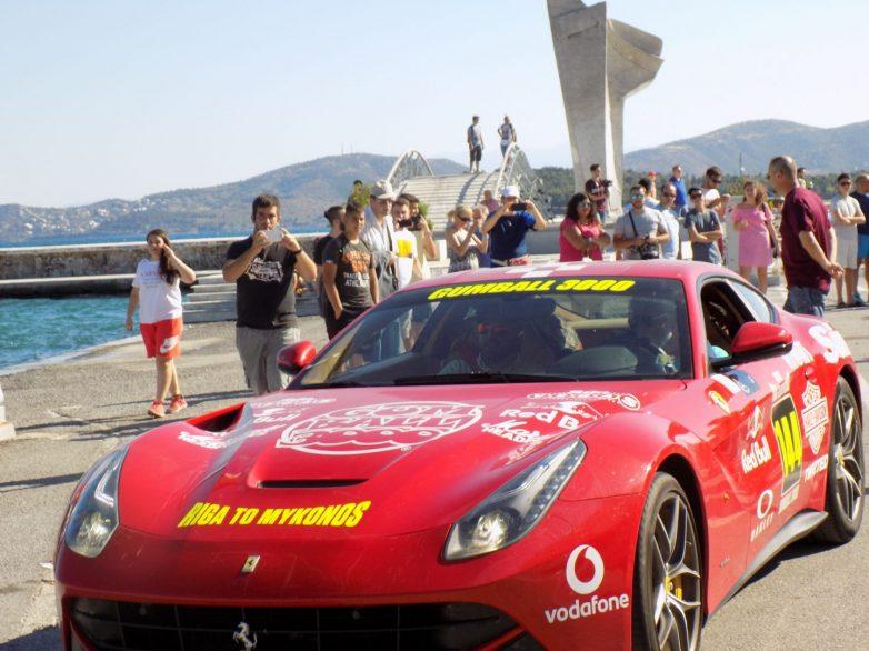 Πολυτελή αγωνιστικά αυτοκίνητα   στην παραλία του Βόλου