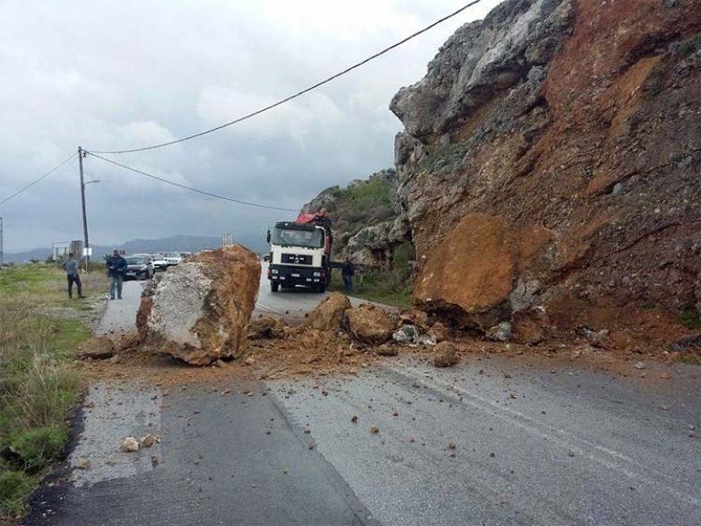 Έπεσε βράχος σε πάρκινγκ ξενοδοχείου στα Αμπελάκια Λάρισας