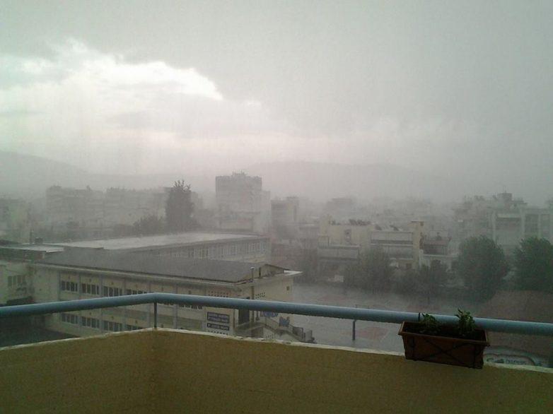 «Παλαβός» αέρας και έντονη βροχόπτωση στο Βόλο