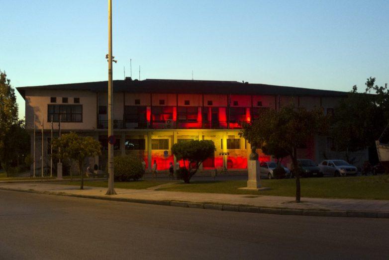 Φωταγωγήθηκε  το Δημαρχείο Βόλου με τα χρώματα της ισπανικής σημαίας