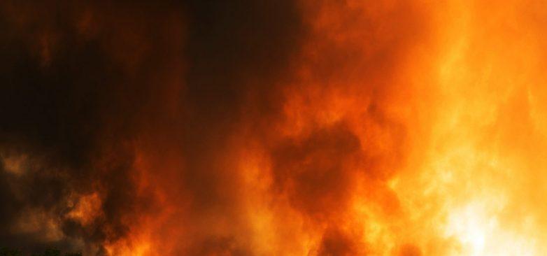 Καταστράφηκαν1.500 δέματα άχυρου κι ένα αυτοκίνητο από τις φλόγες