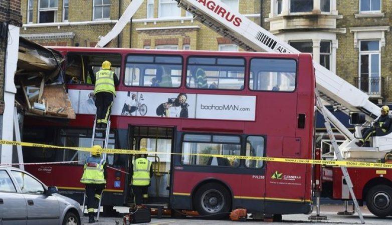 Λονδίνο: Λεωφορείο 'μπούκαρε' σε κατάστημα