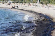 Η ρύπανση έφτασε στις παραλίες της Αθήνας