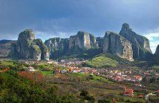Στα χρώματα της γαλανόλευκης φωτίζει τα Μετέωρα η Περιφέρεια Θεσσαλίας