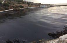 Πετρέλαιο στις ακτές της Σαλαμίνας από τη βύθιση του δεξαμενόπλοιου «Αγία Ζώνη»
