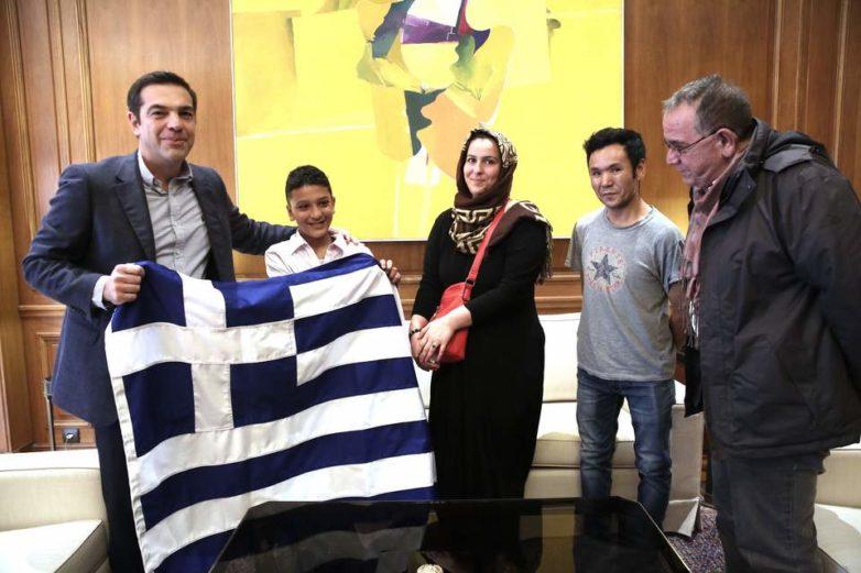 Στο Μαξίμου ο 11χρονος Αμίρ – μία ελληνική σημαία του δώρισε ο πρωθυπουργός