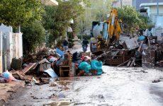 Μόνοι και χωρίς βοήθεια πολλοί κάτοικοι στη Μάνδρα