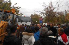 Επί ποδός τα μέλη της επιτροπής πολιτών και περίοικοι στην οδό Καραμπατζάκη