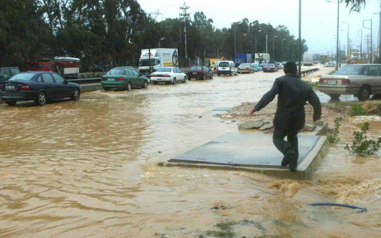 Eγκλωβισμένοι οδηγοί στη Νέα Πέραμο από την ισχυρή βροχόπτωση – Προβλήματα στην Αθηνών-Κορίνθου