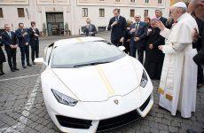 Μια λευκή και κίτρινη Lamborghini για τον Πάπα Φραγκίσκο