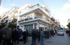 Τραγωδία στους Αγίους Αναργύρους: Αυτοπυροβολήθηκε μπροστά στο κρεβάτι με το νεκρό παιδί του