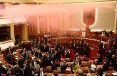 Καπνογόνα στο αλβανικό Κοινοβούλιο