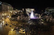 «Άναψε» το χριστουγεννιάτικο δέντρο στο Σύνταγμα