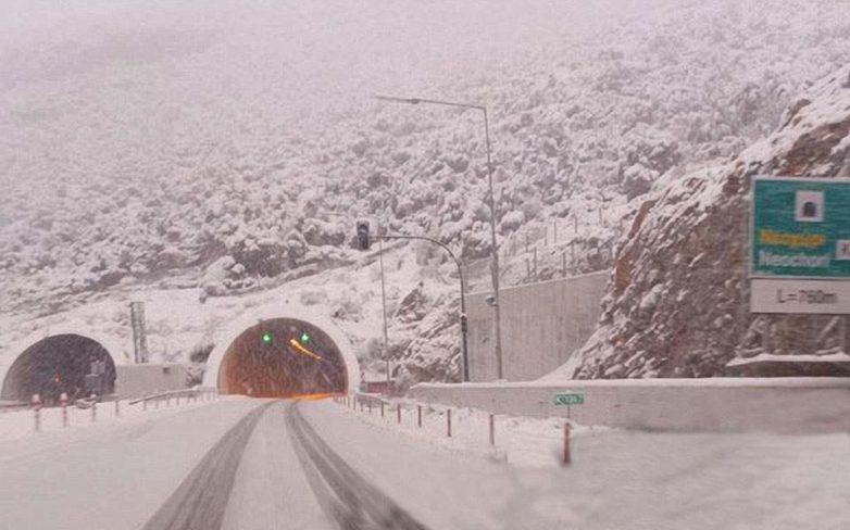 Μετ' εμποδίων οι μετακινήσεις στο ορεινό οδικό δίκτυο λόγω χιονόπτωσης – Που χρειάζονται αλυσίδες