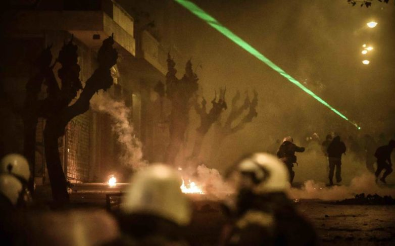 Εντεκα συλλήψεις και 26 προσαγωγές στα επεισόδια στα Εξάρχεια – Τραυματίστηκαν ελαφρά τρεις αστυνομικοί