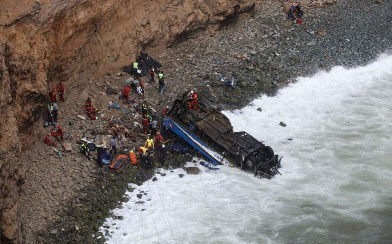 Περού: Τουλάχιστον 48 νεκροί από πτώση λεωφορείου σε χαράδρα