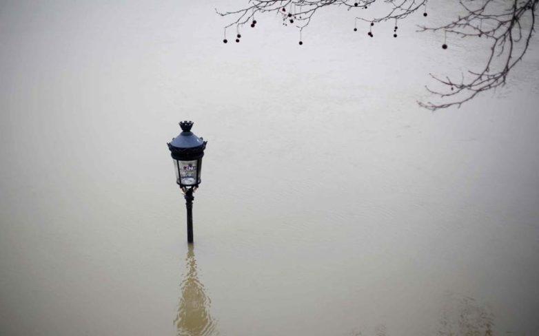 Ανέβηκε επικίνδυνα η στάθμη του νερού στον Σηκουάνα – Απομακρύνθηκαν από τα σπίτια τους 1.500 άνθρωποι