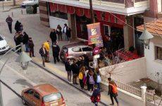 Αυτοκίνητο εισέβαλε μέσα σε σούπερ μάρκετ στη Χαλκιδική – μια τραυματίας