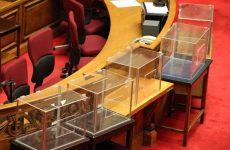 Με εντάσεις και κόντρες συνεχίζεται η συνεδρίαση στη Βουλή για τη Novartis