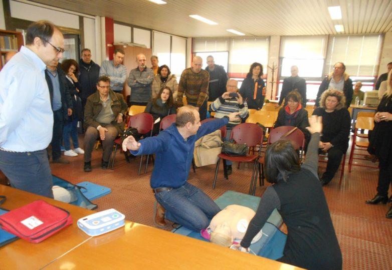 Μάθημα σε καθηγητές για την καρδιοπνευμονική αναζωογόνηση