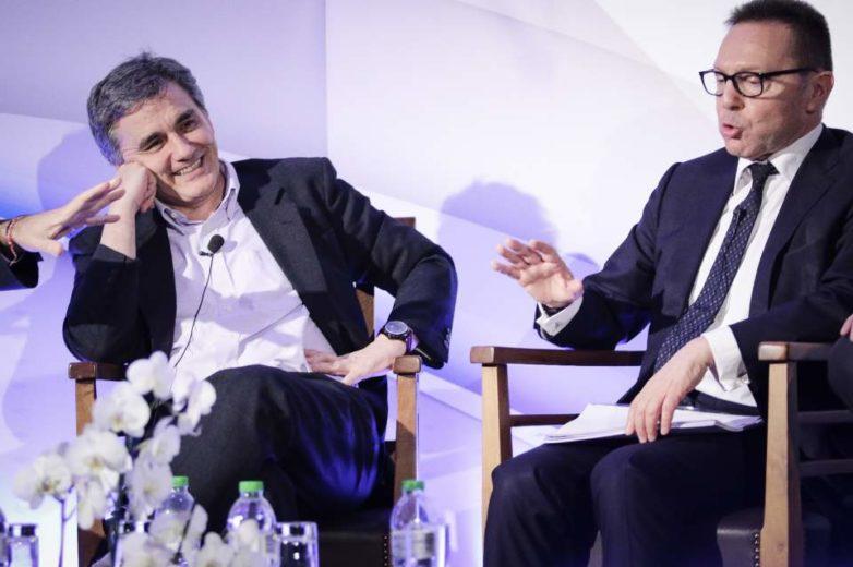 Διαξιφισμοί και… χιούμορ από Τσακαλώτο – Στουρνάρα για την οικονομία