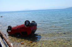 Σώοι πατέρας και κόρη από «βουτιά» αυτοκινήτου στη θάλασσα