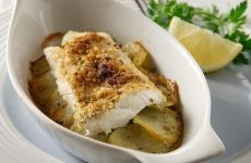 Φιλέτα ψαριού με τραγανή κρούστα μυρωδικών και πατάτες