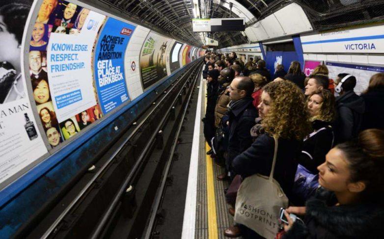 Λονδίνο: Aπαγόρευση στις διαφημίσεις πρόχειρου φαγητού στο δίκτυο δημόσιων μεταφορών