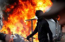 Εκαψαν αυτοκίνητα και έσπασαν καταστήματα στην πορεία για την Πρωτομαγιά στο Παρίσι
