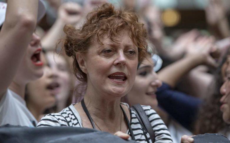 Συνελήφθη η Σούζαν Σάραντον σε πορεία κατά του Τραμπ